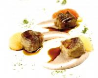 Cubo di coppa di maiale su vellutata di borlotti al rosmarino e pompelmo