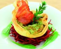 Torta di patate croccante sul nido di rape rosse